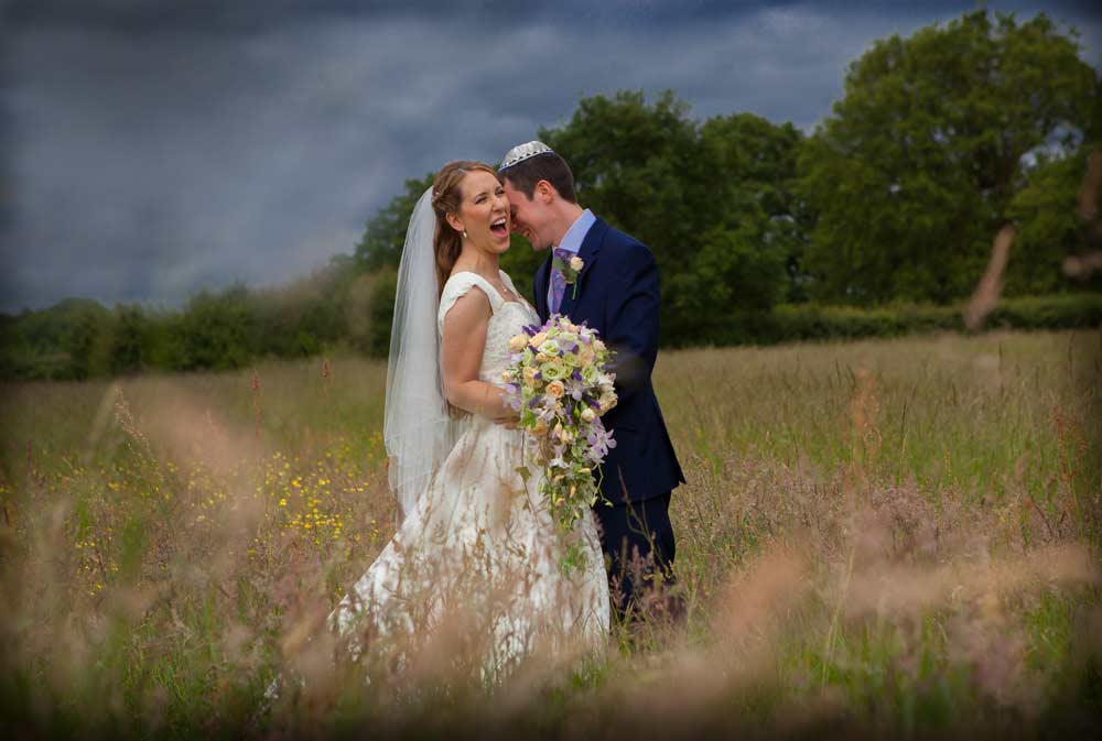 wedding_laughter_in_a_Hertfordshire_field