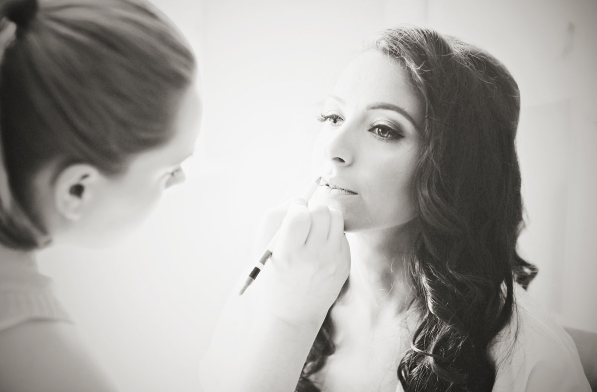 bride gets ready for her Italian wedding in London