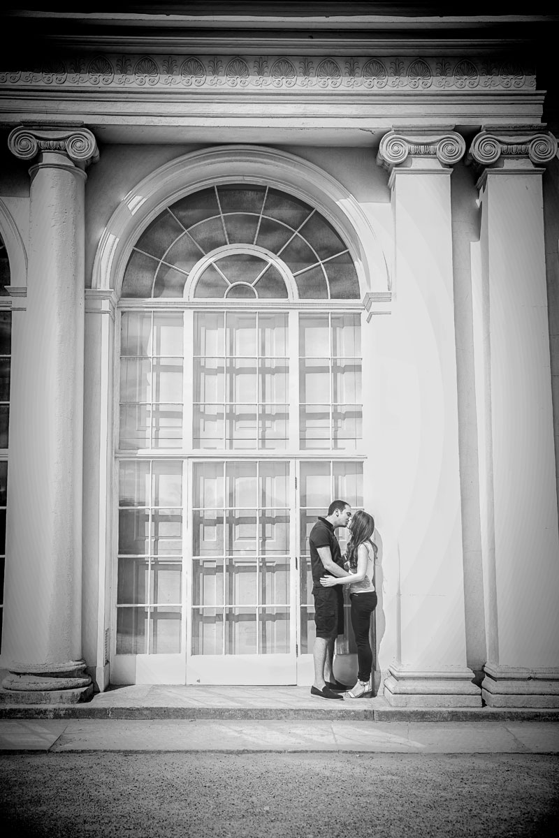 Couple kiss in arch at Kenwood House London